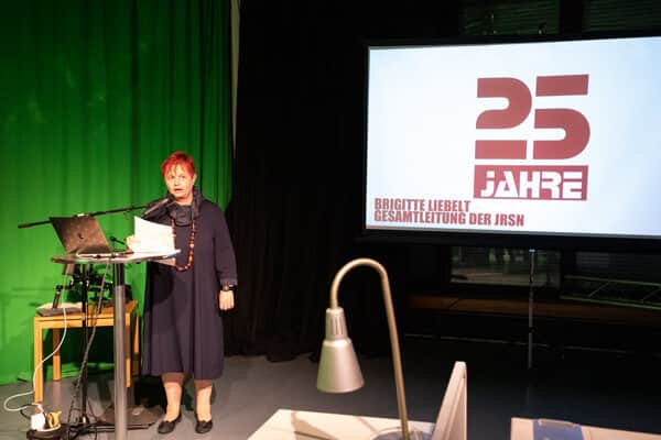 Schulleiterin Frau Brigitte Liebelt sagt einige Worte zum Jubiläum der Medienwerksatt
