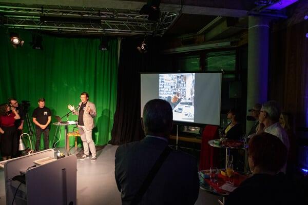Oliver Brixel hält eine Rede zum Vereinsjubiläum im Studio der Medienwerksatt