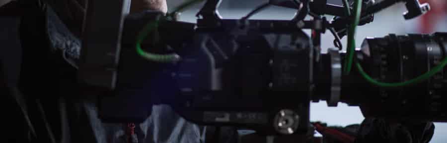 Studiokamera oder Filmkamera mit Person dahinter im Workshop